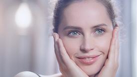 Felicity Jones向您介绍如何运用Clé de Peau Beauté的重要焕采护肤程序打造晶莹剔透的肌肤