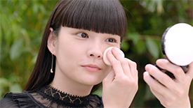 与Clé de Peau Beauté和Kozue Akimoto一同体验Radiant Cream to Powder Foundation   Clé de Peau Beauté